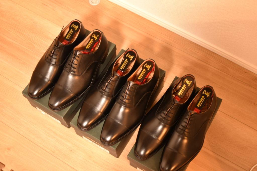 スコッチグレインのストレートチップの革靴が3足並んでいる写真